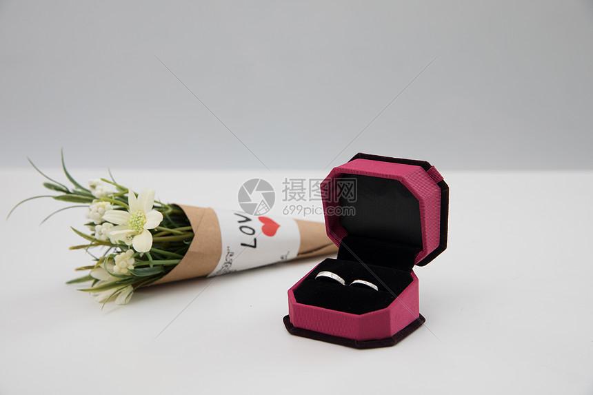戒指和鲜花图片