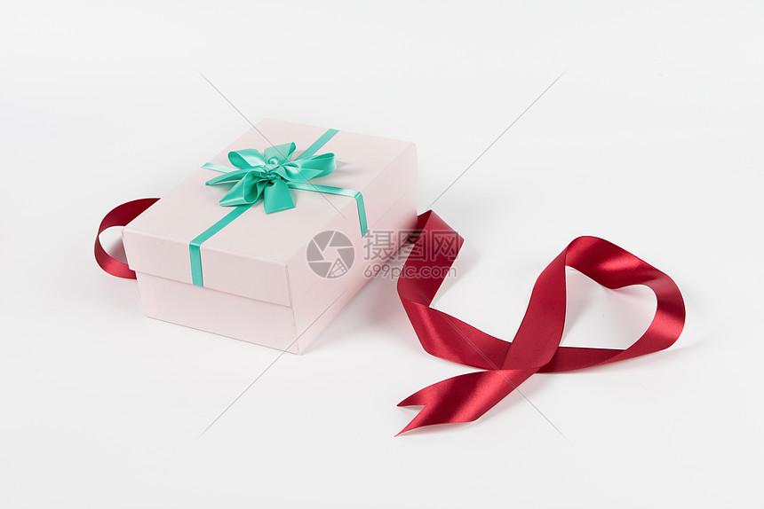 礼盒和丝带摆拍图片