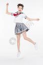 开心跳跃的女学生图片