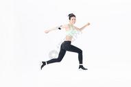 年轻运动女性跳跃图片