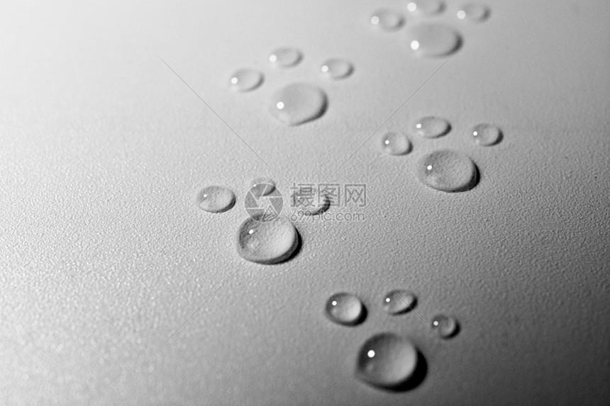 水滴脚印背景图片