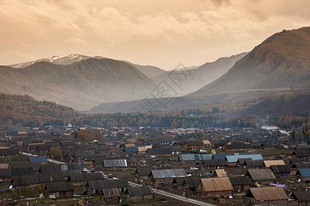 新疆禾木村落木屋毡房图片