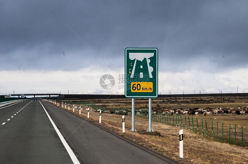 新疆广阔戈壁山脉高速公路图片