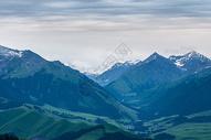 新疆天山山野雪峰图片