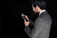 商务男性大叔形象是用平板电脑动作图片