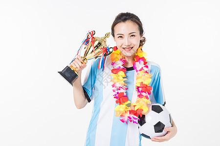 手拿奖杯的足球宝贝图片