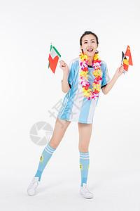 手拿旗帜加油的足球宝贝图片