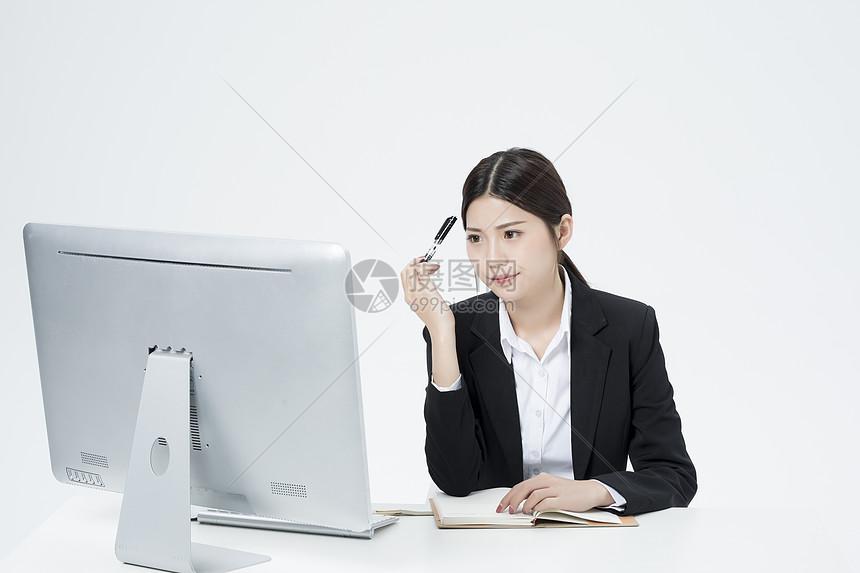 记笔记的职业女性图片