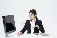 介绍产品的职业女性图片
