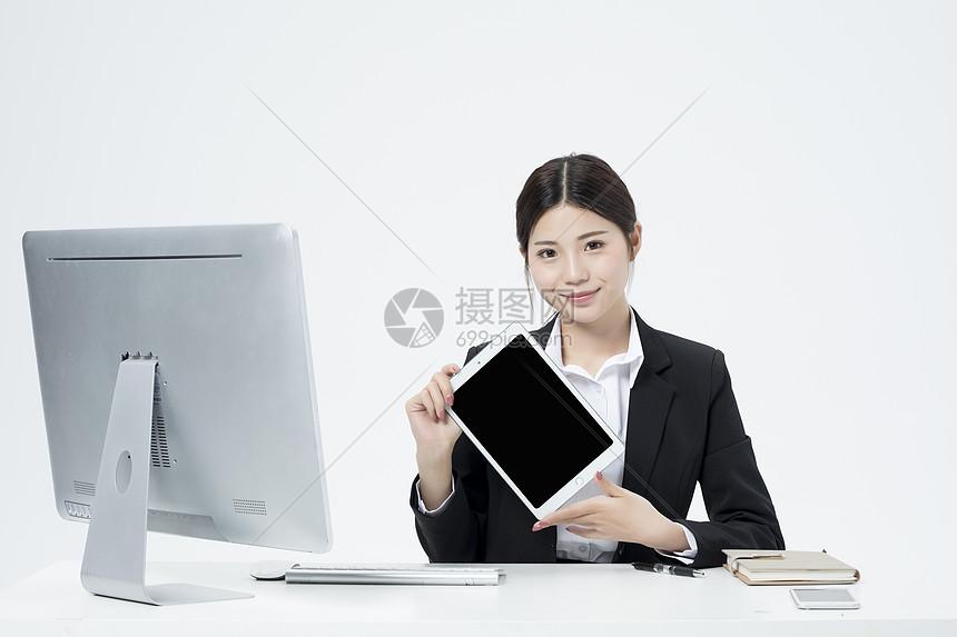 拿着平板电脑的职业女性图片