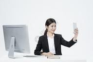 拿着手机自拍的职业女性图片