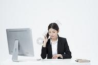拿着手机的职业女性500877883图片