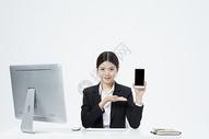 拿着手机的职业女性图片