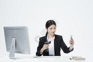 扫码支付的职业女性图片