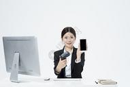 扫码支付的职业女性500877903图片