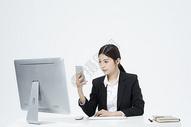 拿着手机的职业女性500877906图片