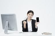 拿着手机的职业女性500877908图片