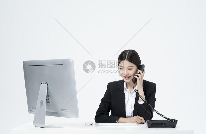 电话工作的职业客服女性图片