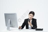 生气电话交谈的职业客服女性图片