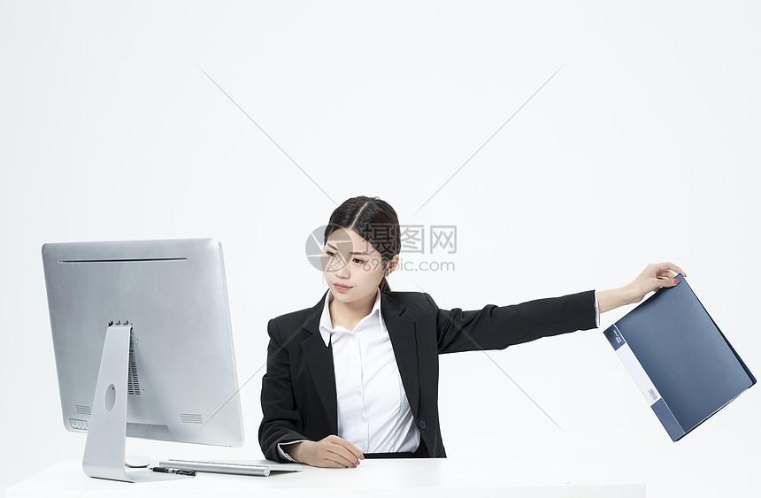 扔掉文件夹的职业女性图片