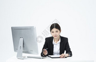 拿着文件夹的职业女性500877958图片