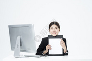 拿着文件夹的职业女性500877964图片