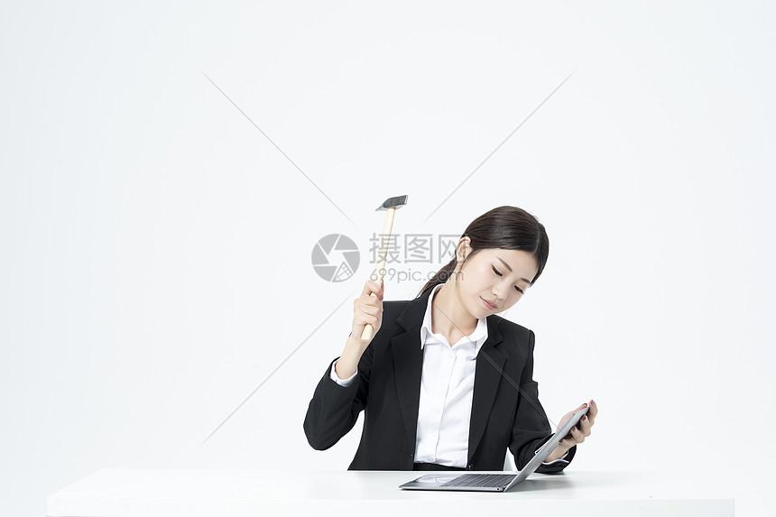 砸电脑的职业女性图片