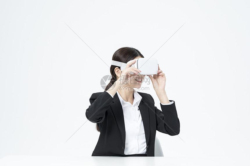 戴着vr的职业女性图片