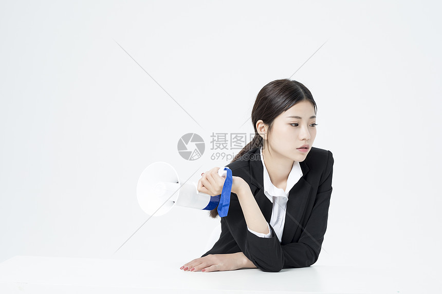 拿着喇叭的职业女性图片