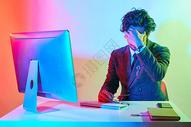 商务年男性色彩创意疲劳动作图片