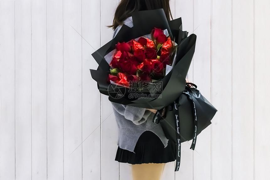 抱玫瑰花束的女孩图片