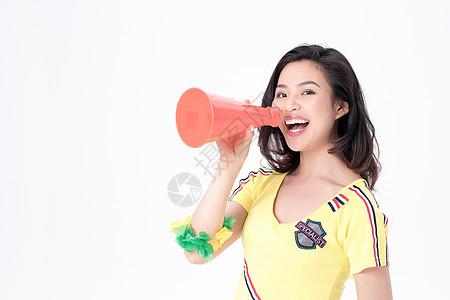手拿喇叭呐喊庆祝的足球宝贝图片