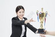 拿着奖杯的职业女性500879637图片