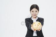 拿着金猪的职业女性500879654图片