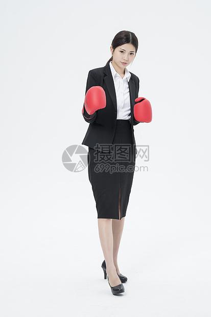 戴着拳击手套的职业女性图片