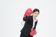 戴着拳击手套的职业女性500879684图片