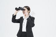 拿着望远镜的职业女性500879716图片
