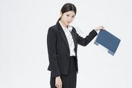扔文件夹的职业女性图片