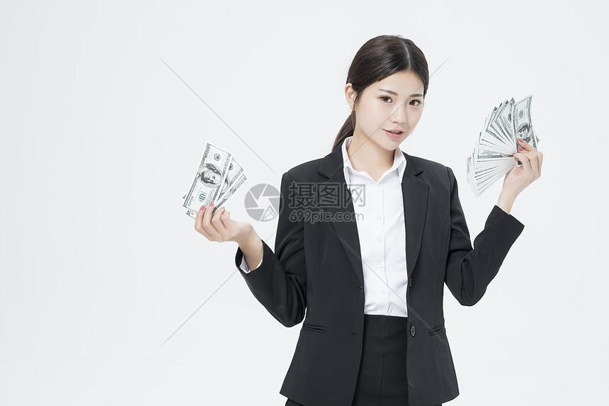 拿着美金的职业女性图片