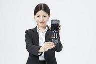 刷卡的职业女性图片