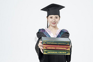 拿着书本的毕业女大学生500879814图片