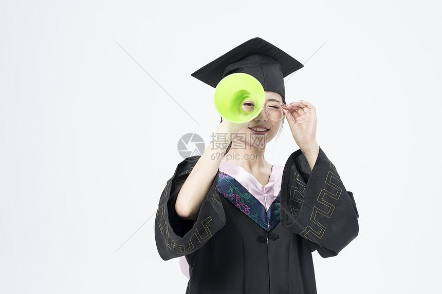 拿着喇叭的毕业女大学生图片