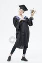 拿着奖杯的毕业女大学生500879863图片