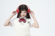 听音乐的女学生图片