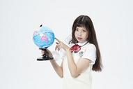 拿着地球仪的女学生500879914图片