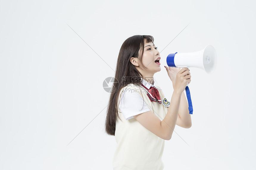 拿着喇叭的女学生图片