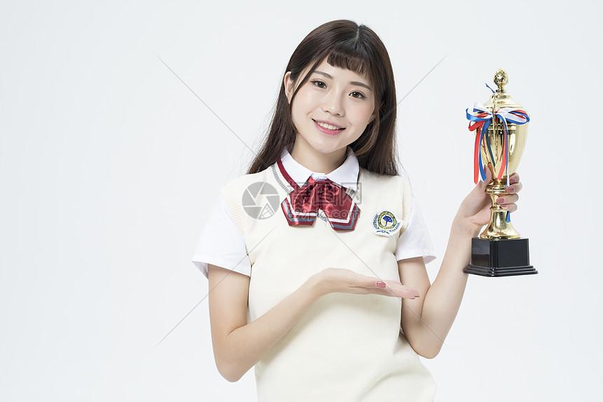 拿着奖杯的女学生图片