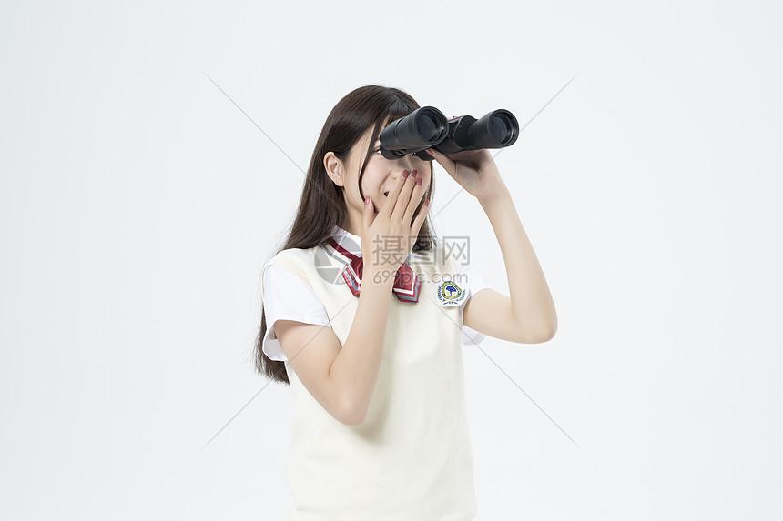 拿着望远镜的女学生图片