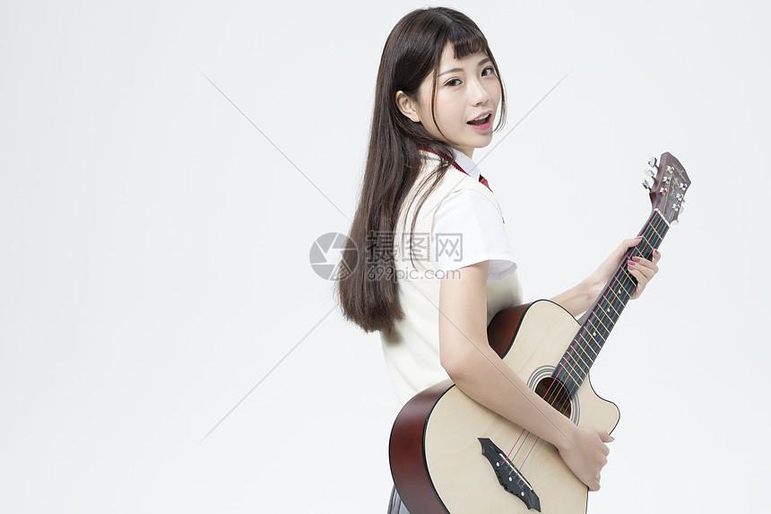拿着吉他的女学生图片