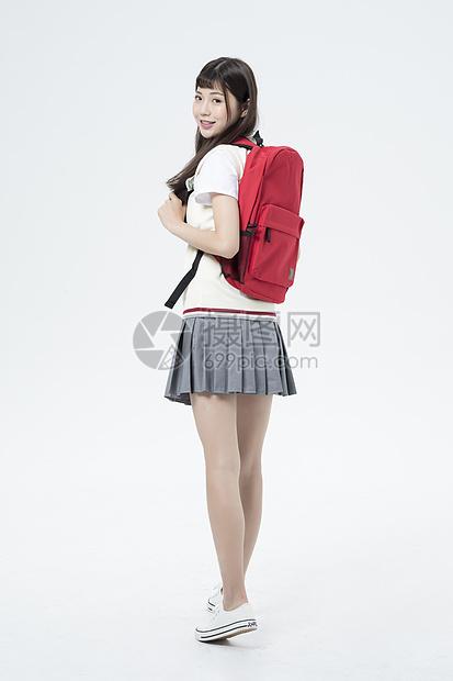 背着书包的女学生图片